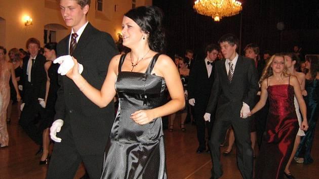 Dívky se proměnily v dámy a tanečníci v mladé gentlemany.