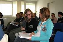 Tereza Formanová a Kateřina Kožoušková byly jedny z mnoha studentů gymnázia, kteří se přišli seznámit s historií Jesenicka.