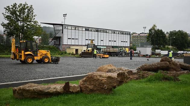 Stavba multifunkčního hřiště s ledovou plochou v druhé polovině září 2021 v Jeseníku.