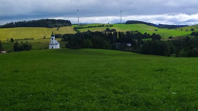 Panorama Kopřivné s větrnými elektrárnami.