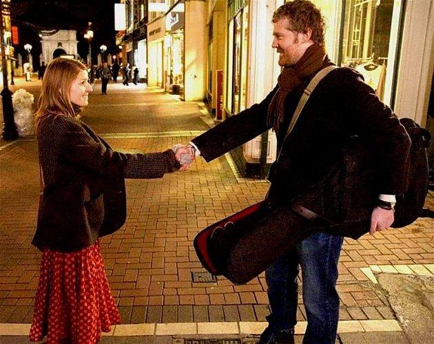 Hlavní role si v muzikálu Once, který vznikl za pouhých sedmnáct dní, zahrál člen irské kapely Frames Glen Hansard a tehdy sedmnáctiletá česká zpěvačka Markéta Irglová.