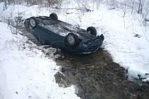 Sedmadvacetiletý řidič roveru  sjel do potoka a vůz zůstal na střeše