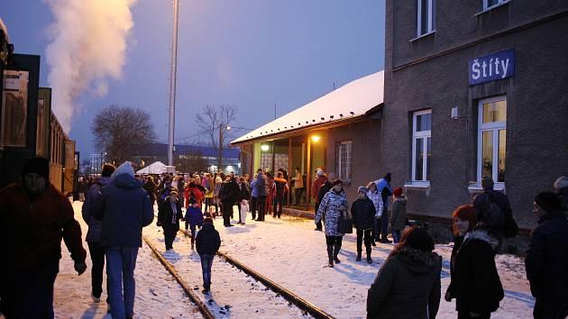 Parní vlak vypravený u příležitosti výročí 120 let trati Dolní Lipka - Štíty na nádraží ve Štítech.