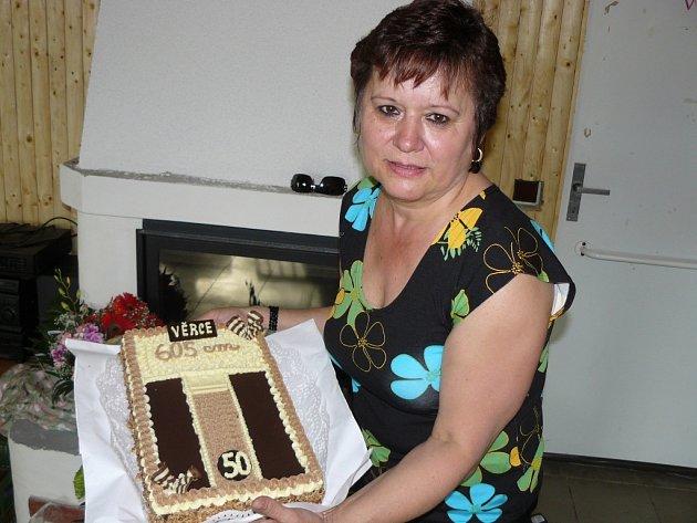 Věra Vojáčková s dortem ke kulatinám