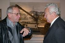 Dva bývalí příslušníci šumperského pluku diskutují na vernisáži.