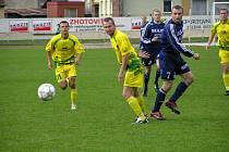 Kapitán Sulka Lubomír Pinkava (7) sleduje míč v utkání s Mutěnicemi.