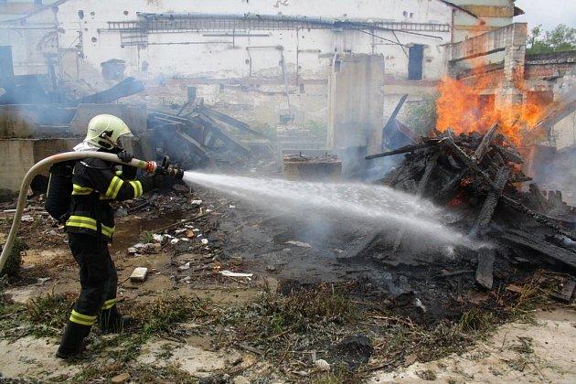 Hasičské cvičení v Jeseníku – simulovaný výbuch plynu se zřícením budovy.