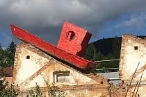 Cesta lodi Sisy na festival Im Zentrum v Jeseníku a její instalace v areálu bývalé textilky.