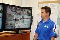 Strážník Petr Unzeitig sleduje kamery, které monitorují centrum Šumperku.