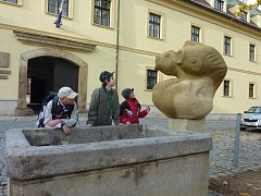 Autorem nové fontány na zámkem v Zábřehu je olomoucký sochař Karel Hořínek.