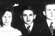 Mladší z bratrů Sonnenscheinových Erich (uprostřed) na fotografii s tanečních hodin v Šumperku. Snímek pochází zřejmě z roku 1932.