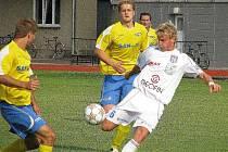 Vítkovický hráč pálí na šumperskou bránu v pohárovém utkání