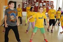 Žáci Základní školy Sluneční v Šumperku nacvičují taneční scény do muzikálového představení.