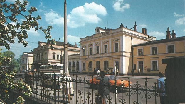 VLAKEM. Budova šumperského nádraží, jedna znejstarších na Moravě, zdobí jižní okraj středu města dodnes.