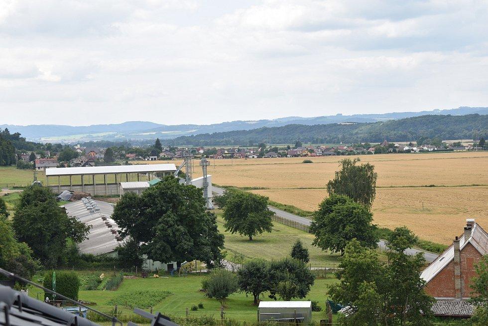 Slavnostní otevření rekonstruovaného zámku Třemešek u Dolních Studének. Výhled z věžičky zámku na Dolní Studénky.