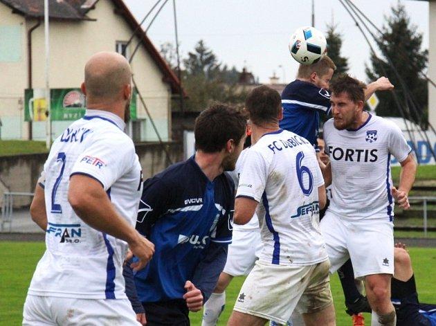 Fotbalisté Dubicka (v bílém), ilustrační foto.