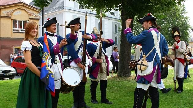 Vojáci v rakouských a pruských uniformách se ve čtvrtek 26. července vydali na pěší pochod z Javorníku do Nysy.