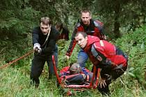 Horští záchranáři přepravují zraněného turistu.