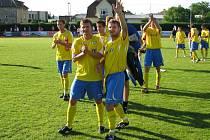 Bohdan Hecl (vlevo) a Martin Strnad děkují divákům po utkání s Rýmařovem