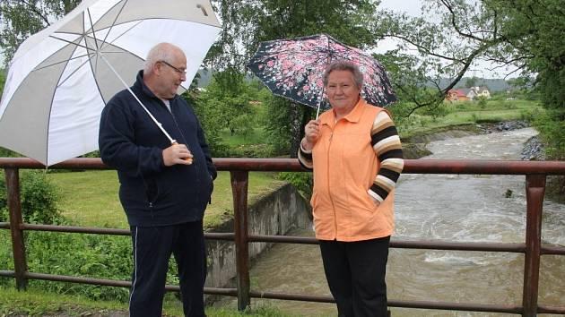 Milan Hinšt (vlevo) na mostě přes říčku Olešnici v Mikulovicích.