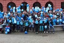 V Šumperku se v rámci kampaně Rozsviťme se modře fotili lidé trpící autismem, jejich blízcí a příznivci.
