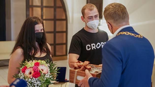Mladou dvojici ocenili za záchranu života rukou ředitel územního odboru Policie ČR Šumperk Libor Giesel a zábřežský starosta František John.