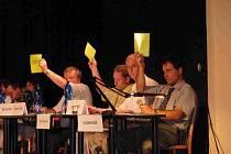 Proti prodeji pozemků firmě Wanemi hlasovali při jednání 14. července také (zleva)Karel Crhonek, František John a starosta Zdeněk Kolář
