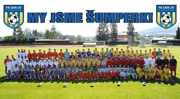 Společné foto téměř všech současných šumperských fotbalistů.