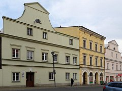 Úřad práce v Javorníku sídlí v budově patřící městu (první dům zleva).