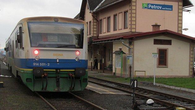 Motorová jednotka Desná na archivní fotografii na nádraží v Petrově nad Desnou.