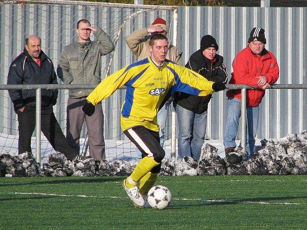 Martin Novák s míčem, jak jinak, u nohy