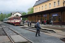 Nádraží v Jeseníku, v pozadí spěšný vlak do Krnova.