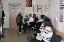 Snímek z chodby před kancelářemi, kde se vydávají v Šumperku pasy.