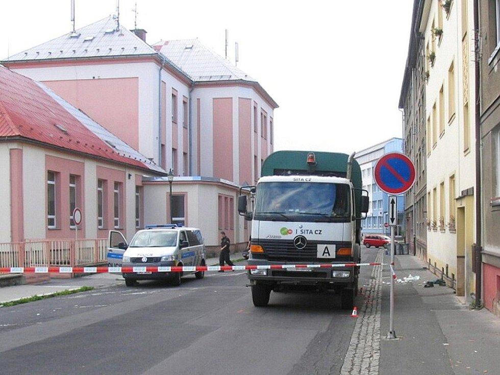 Popelářské auto, které 14. září 2011 při couvání přejelo závozníka
