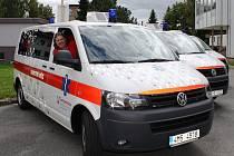 Šumperská nemocnice nakoupila tři nové sanitky. Vozy značky volkswagen Transporter patří k nejmoderněji a nejkomfortněji vybaveným vozidlům své řady. Nemocnice za ně zaplatila tři a půl milionu korun