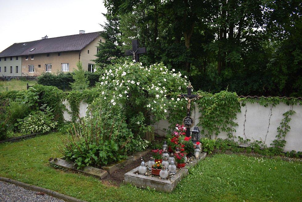 Hrob Marie Paschalis Jahn u kostela v Sobotíně.