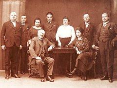 Na snímku pocházejícím z roku 1924 z oslavy narozenin dědečka paní Edith Carterové v Mohelnici je i její otec Otto Knöpflmacher (prvni zleva). Matka je žena v bílé halence, lidé kolem ní jsou matčini sourozenci
