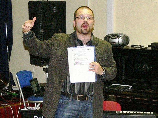 Příprava na společný koncert s Kryštofem dává zábřežskému  sboru Alfa Gospel Praises a zejména jeho sbormistru Simeonu Hýblovi (na snímku) zabrat .