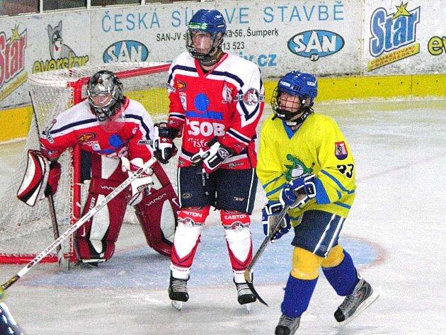 Snímek z úvodního dvojkola extraligy dorostu. Ve žlutém je šumperský Vladimír Cink.