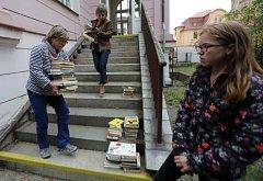 Lidský řetěz při symbolickém stěhování šumperské knihovny.