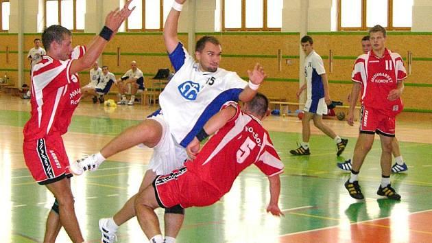 Šumperský házenkář Miroslav Thun střílí na bránu Holešova v nedělním přátelském utkání.