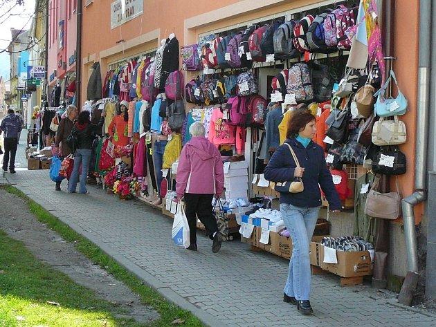 Od prvního října má z fasád jesenických obchodů zmizet vystavené zboží.