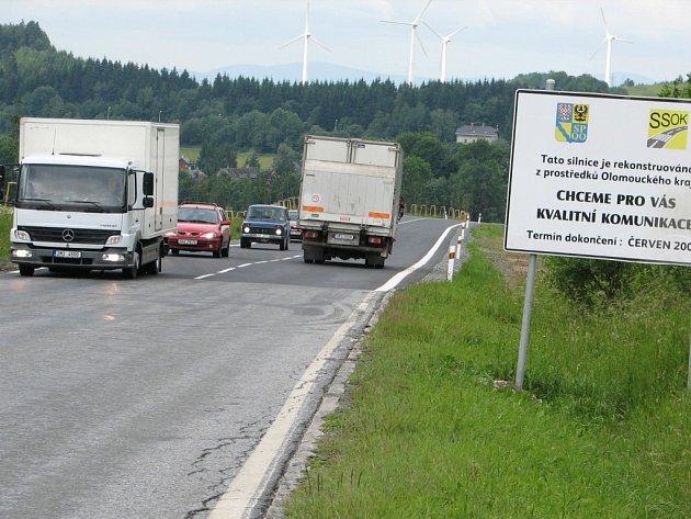 Komunikace procházející Ostružnou dostala nový asfaltový povrch.