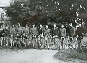 Cyklisté Dukly Šumperk před 50 lety a dnes.
