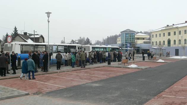 Úpravu prostoru před nádražím v Zábřehu dokončilo město s ročním zpožděním 19. listopadu 2007.