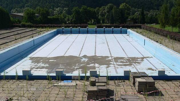 Šokující pohled, že? Takhle nyní vypadá zábřežský venkovní bazén
