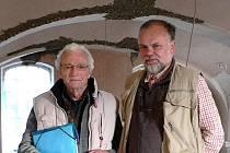 Belgičan Edgard Gunzig (na snímku vlevo) s Luďkem Štiplem při prohlídce loštické synagogy