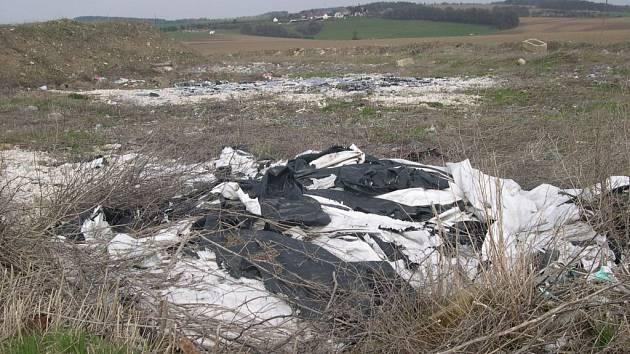 Velká část odpadu je na skládku v Líšnici uložena načerno.