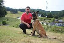 Horský záchranář Ondřej Tříska a jeho služební pes Hektor.