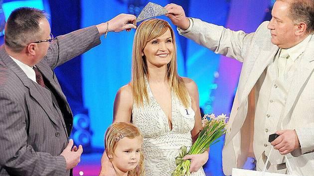Dagmar Güttlerová ze Šumperku, soutěžící se čtyřletou Viktorkou, si z Mariánských Lázní odvezla korunku Missis 2010